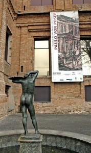 """Banner da exposição """"Museus de São Paulo"""" na Pinacoteca."""