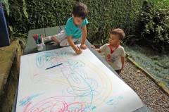 Crianças desenhando no ateliê