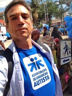 PAULO VON POSER VESTINDO A CAMISETA DO AMA