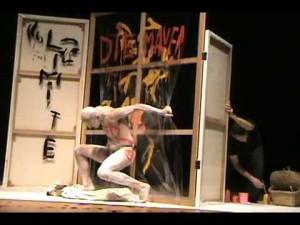 """A performance """"A Queda"""", comemorou no Brasil, os 20 anos da queda do muro de Berlin"""