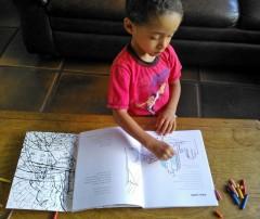 """Cadu Balady colorindo os desenhos do livro """"UM VIADUTO CHAMADO MINHOCÃO"""""""